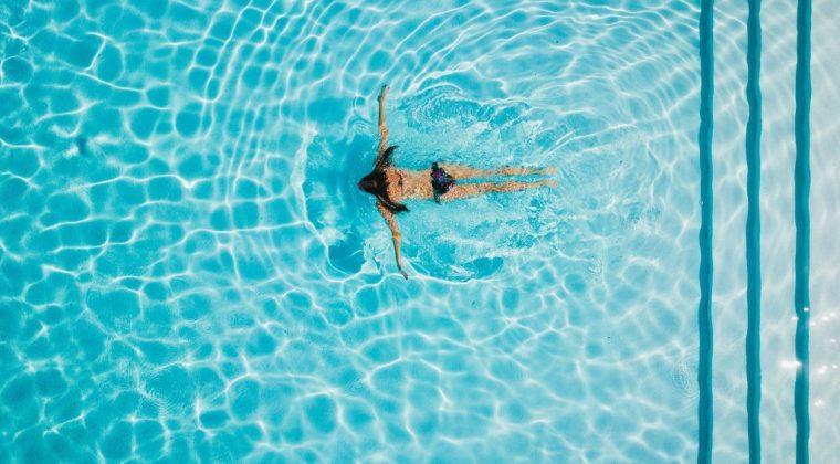 Cómo afectan las piscinas de cloro en la piel, consulta en tu centro de belleza en Madrid